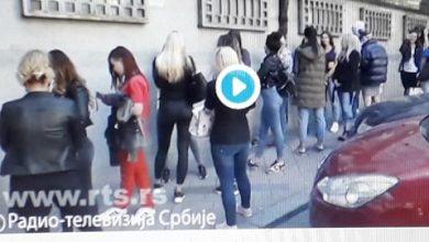 Photo of Strašno i sa malom bebom i preko 300 žena cekaju u redu da kupe brendirane krpice.
